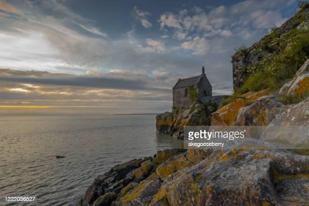 panoramic view of famous historic le mont saint-michel - littoral photos et images de collection