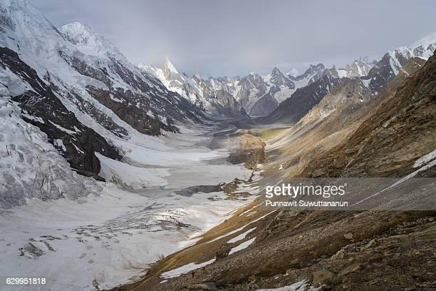 panoramic view of gondogoro la pass in a beautiful morning sunrise, k2 trek, pakistan - skardu stock pictures, royalty-free photos & images
