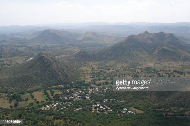 panoramic view of hills around udaipur, india - argenberg stock-fotos und bilder