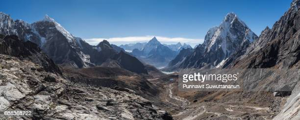 panoramic view of himalaya mountains from chola pass, everest region, nepal - 谷 ストックフォトと画像