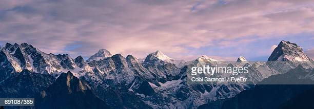 panoramic view of himalayas against sky during sunset - himalaya foto e immagini stock