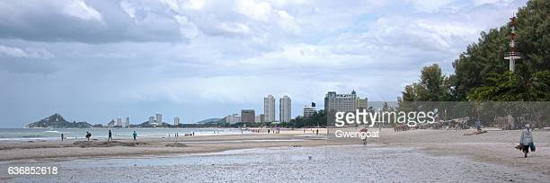 panoramic view of hua hin beach - gwengoat stockfoto's en -beelden