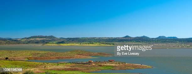 panoramic view of la serena reservoir - extremadura fotografías e imágenes de stock