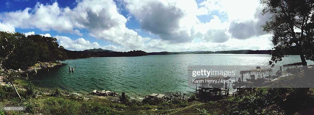 Panoramic View Of Lake Against Cloudy Sky : Stockfoto