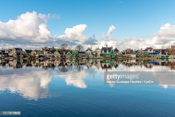 panoramic view of lake and buildings against sky - 北ホラント州 ストックフォトと画像