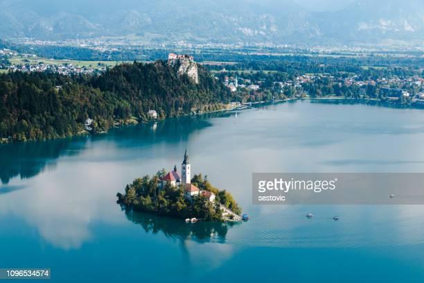 panoramablick auf see bled aus mt. osojnica, slowenien - slowenien stock-fotos und bilder