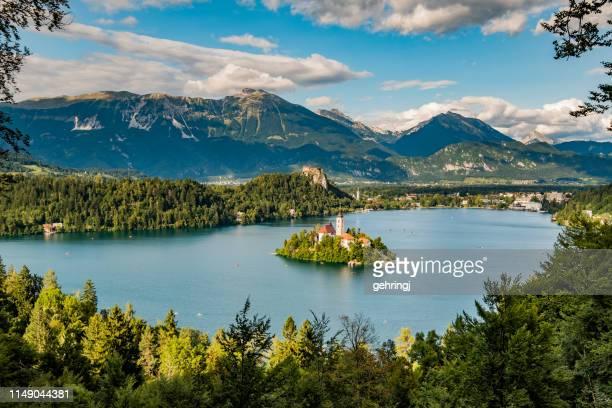 panoramablick auf den bled-see - slowenien stock-fotos und bilder