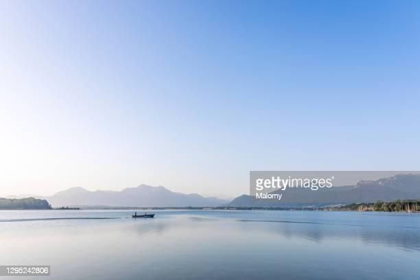 panoramic view of lake chiemsee. - seeufer stock-fotos und bilder