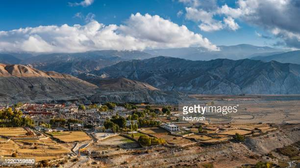 panoramic view of lo manthang, the capital of mustang, nepal himalaya - lo manthang stock pictures, royalty-free photos & images