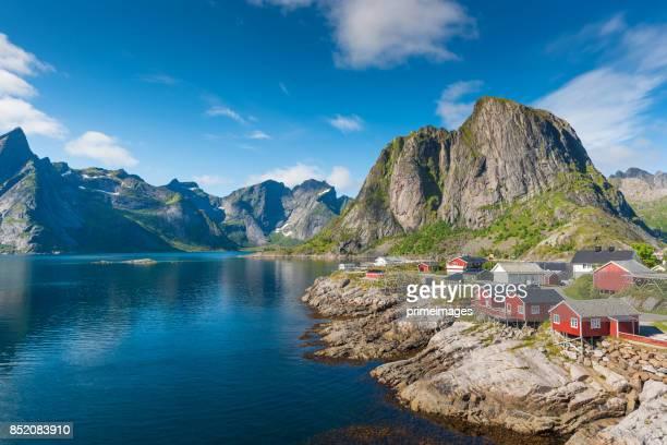 vista panorámica de las islas lofoten en noruega con panorámica al atardecer - noruega fotografías e imágenes de stock