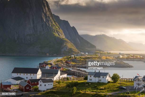 日没の風景とノルウェーのロフォーテン諸島のパノラマ ビュー - オスロ ストックフォトと画像