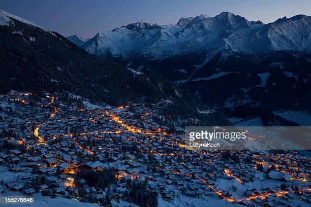 panoramablick von m. gele und verbier village bei nacht - lucyna koch stock-fotos und bilder