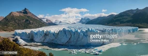 panoramic view of moreno glacier in el calafate, santa cruz en argentina - 氷河湖 ストックフォトと画像