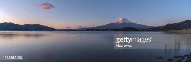 panoramic view of mount fuji, lake kawaguchi, japan - paisajes de japon fotografías e imágenes de stock