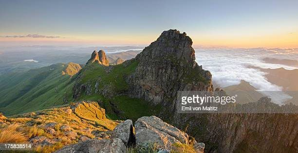 panoramic view of mountain peak at dawn in the drakensberg, free state province, south africa - escarpment stock pictures, royalty-free photos & images