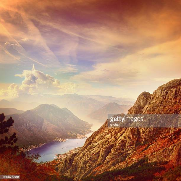 パノラマに広がる山々と湾の眺め - アドリア海 ストックフォトと画像
