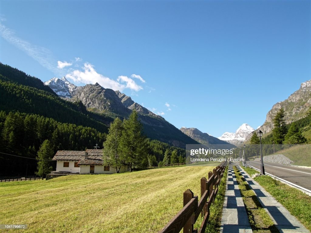 Panoramic View Of Road Amidst Field Against Sky : Foto stock