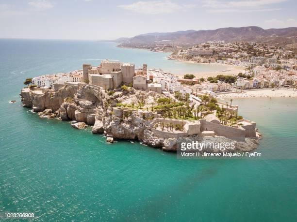 panoramic view of sea and buildings against sky - peniscola photos et images de collection