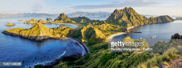 panoramic view of sea and mountains against sky - komodo fotografías e imágenes de stock