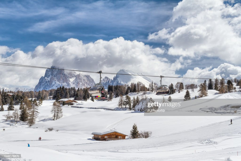 Panoramic view of Seiser Alm with Langkofel mountain in background and a chair lift in foreground : Foto stock