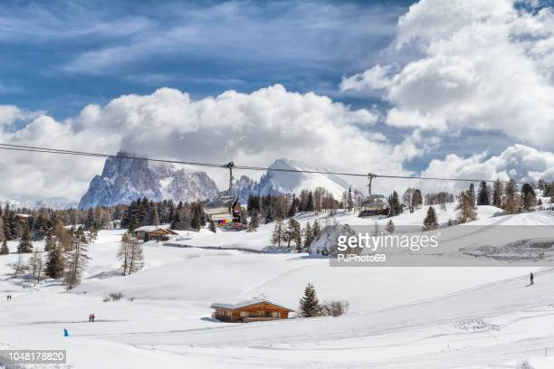 panoramic view of seiser alm with langkofel mountain in background and a chair lift in foreground - pjphoto69 foto e immagini stock
