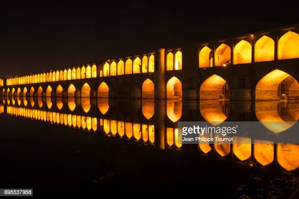 panoramic view of si-o-se pol bridge at night, isfahan, iran - ザーヤンド川 ストックフォトと画像