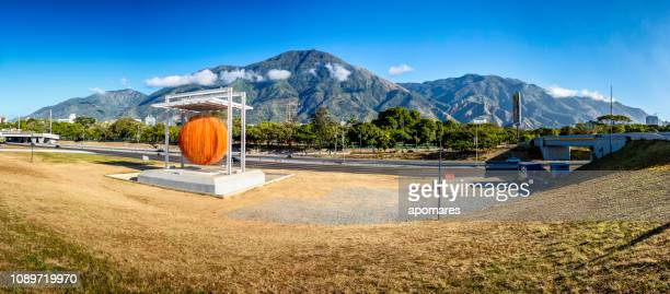 vista panorámica de la esfera de soto con la montaña del avila al fondo. la esfera de soto - caracas fotografías e imágenes de stock