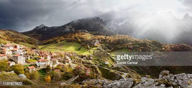 panoramic view of sotres, small village in picos de europa - principado de asturias fotografías e imágenes de stock