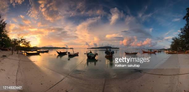 panoramic view of sunrise in phuket, low tide chalong bay phuket, thailand. - インド洋 ストックフォトと画像