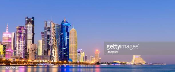 panoramic view of the downtown doha city skyline at twilight, qatar - doha stock pictures, royalty-free photos & images