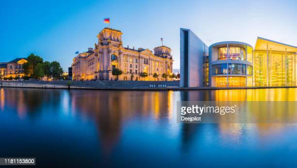 panoramablick auf das deutsche parlamentsgebäude und die spree in twilight, deutschland. - reichstag stock-fotos und bilder