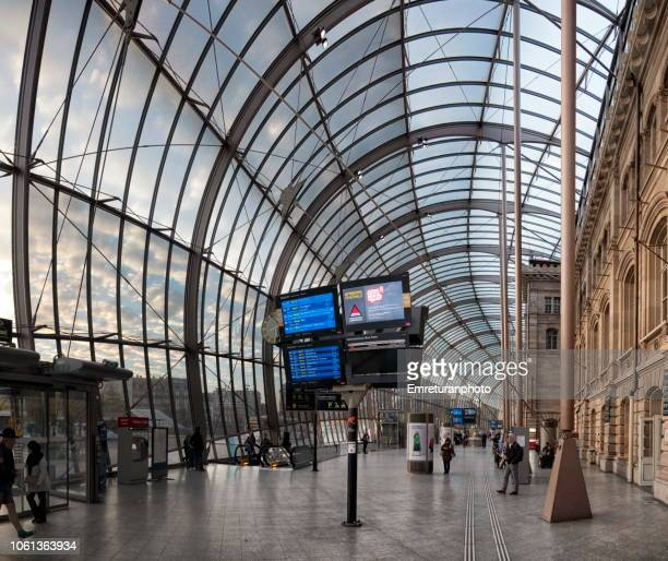 panoramic view of the glass dome and interior of strasbourg train station. - emreturanphoto stock-fotos und bilder