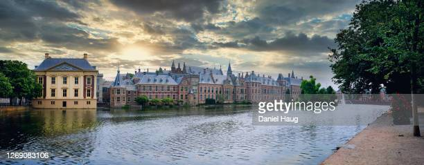 panoramic view of the hague's binnenhof government complex on the banks of hofvijver lake in the netherlands - the hague stock pictures, royalty-free photos & images