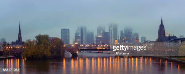 Panoramablick auf die beleuchtete Skyline von Frankfurt Am Main mit Alte Brücke und der Dom in der Abenddämmerung