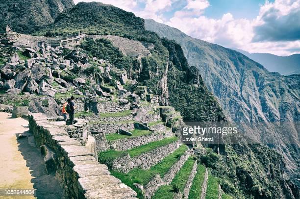 panoramic view of the inca ruins of machu picchu, in cusco, peru. - terrassenfeld stock-fotos und bilder