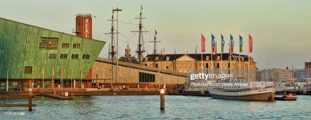 Panoramic view of the Nemo Science Museum and the Scheepvaartmuseum (National Maritime Museum) at sunset in Amsterdam, Netherlands : Foto de stock