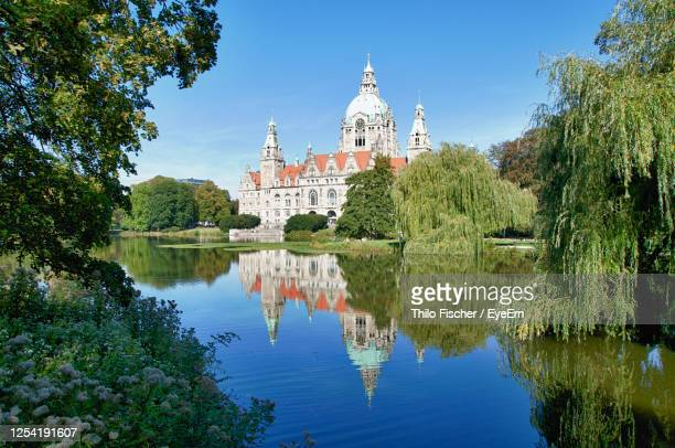panoramic view of the reflecting new town hall of hanover, germany - hanover germany stock pictures, royalty-free photos & images