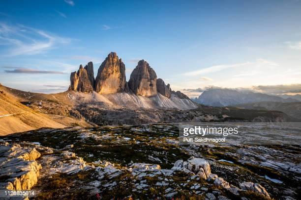 panoramic view of tre cime di lavaredo (drei zinnen) of the dolomites at sunset - dolomiten stock-fotos und bilder