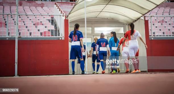 Vista panorámica de dos equipos de fútbol femenino, dejando el campo de juego.