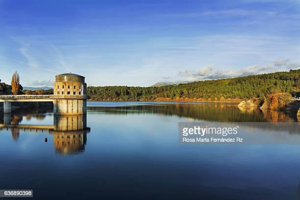 panoramic view of villar reservoir, madrid, spain - dique barragem imagens e fotografias de stock