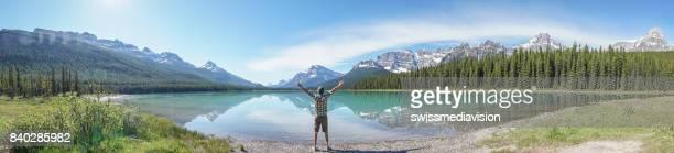 Panoramablick auf junger Mann Arme ausgestreckt am See