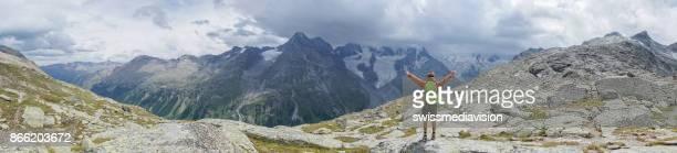 Panorama des Jünglings genießen Freiheit in der Natur, ausgestreckten Armen