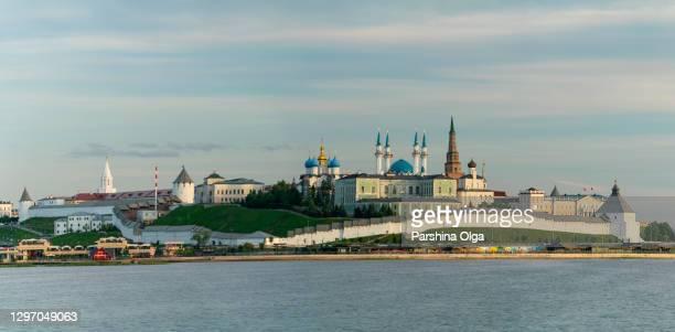ヴォルガ川の反対側からカザンクレムリンのパノラマビュー - カザン市 ストックフォトと画像