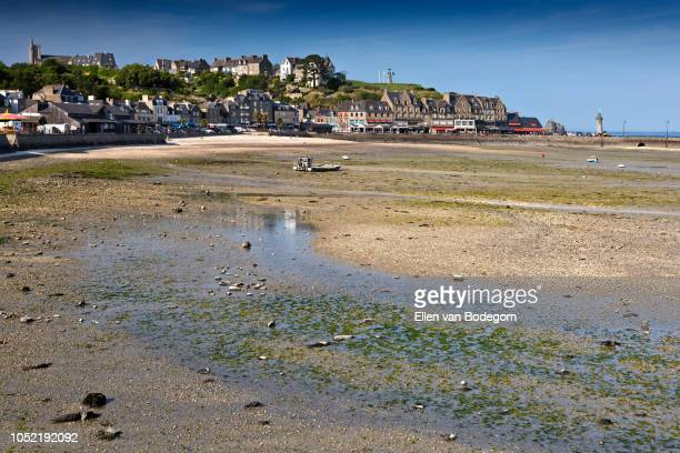 panoramic view over cancale, a touristic seaside resort situated on the coast of the english channel, at low tide - cancale photos et images de collection