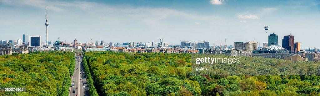 緑豊かなティーアガルテン公園上のベルリンのスカイラインの全景 : ストックフォト