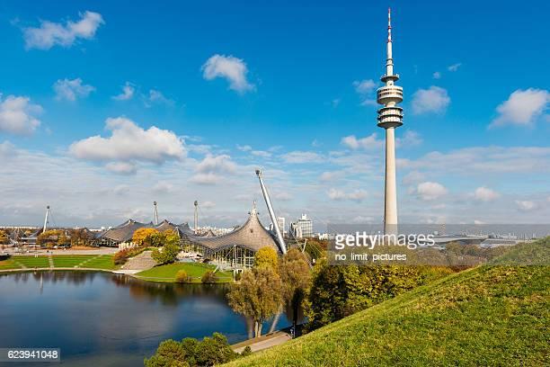 vue panoramique sur le parc olympique de munich - parc olympique lieu photos et images de collection