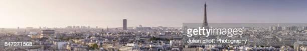 panoramic view over paris towards the eiffel tower and arc de triomphe. - panoramique photos et images de collection