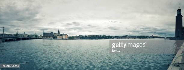 panoramablick über die insel riddarholmen und södermalm, stockholm, schweden - riddarholmkirche stock-fotos und bilder