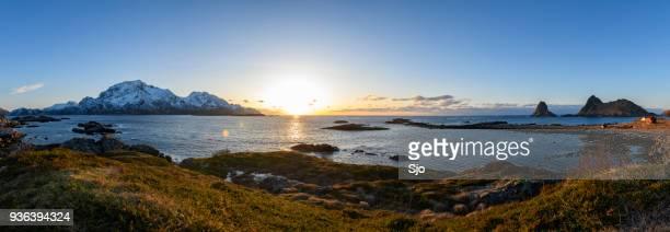Panoramablick über der norwegischen See auf den Vesteralen Inseln während einer Winter-Sonnenuntergang