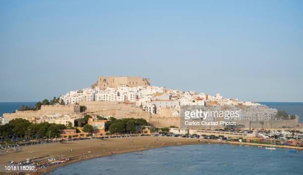 panoramic view the old town of peniscola, castellon, spain - peniscola photos et images de collection